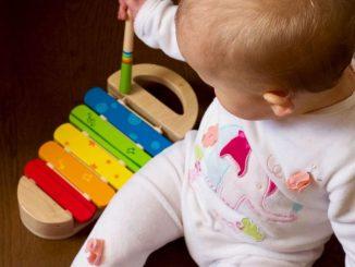 bébé faisant de la musique
