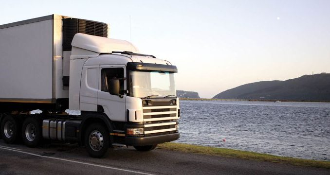 camion de demenagement en bord de mer